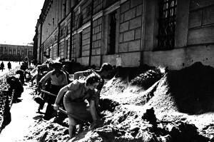 ОАД_РНБ_Засыпка_песком_цоколей_библиотечных_зданий_1941