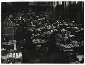 ОАД_РНБ_Работники_библиотеки_в_Собольщиковском_читальном_зале_1941_1942